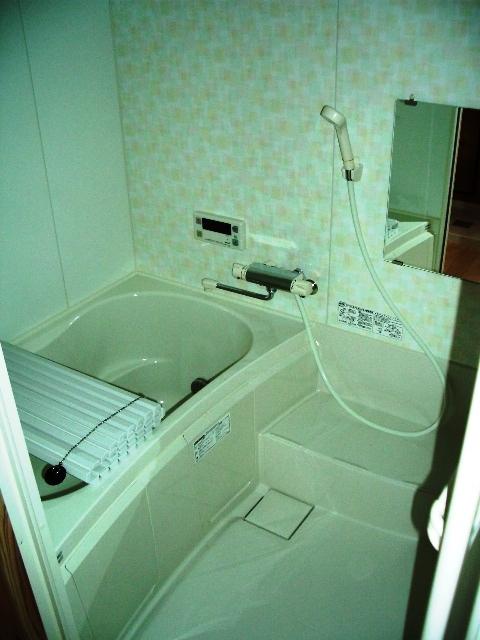 ウッドデッキにヒノキ露天風呂や囲炉裏も有り。温泉引き込みも可能。  琵琶湖を眺望可能なログハウス別荘