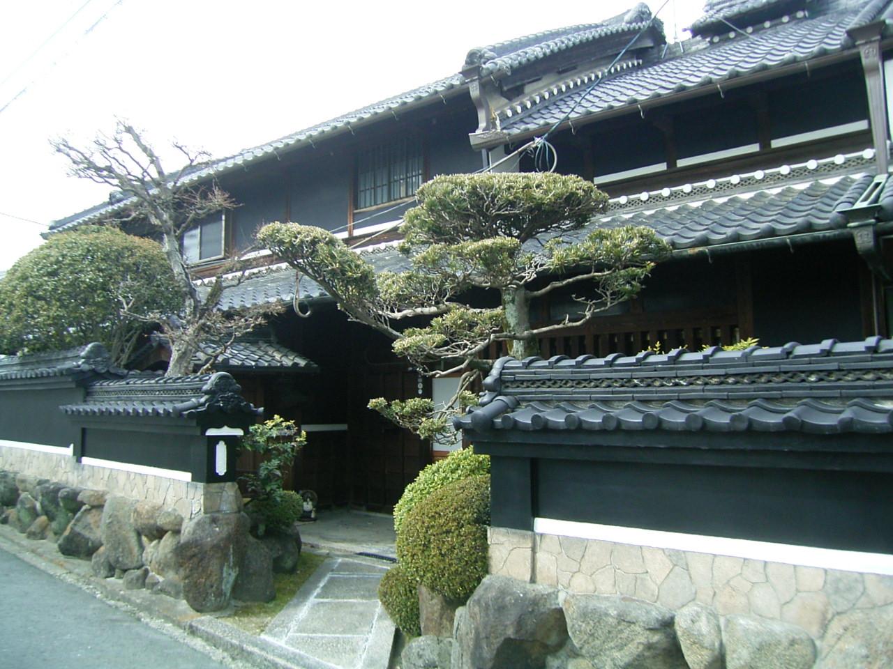 黒を基調としたシックな瓦葺古民家、大黒柱・梁太く、改装済みですぐ生活可能。大阪・奈良通勤可能 ◎
